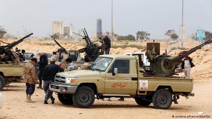 Forças leais ao Congresso Geral Nacional (CGN) se preparam para atacar combatentes do Estado Islâmico nas proximidades da cidade de Sirte, na Líbia