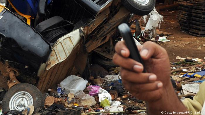 Symbolbild Handyvideo Unfall wird mit Smartphone gefilmt