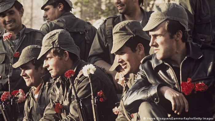 Die Nelkenrevolution in Portugals Lissabon 1974. Soldaten mit Nelken im Gewehrlauf (Photo: Herve Gloaguen/Gamma-Rapho via Getty Images)