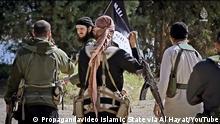 """Beschreibung: Screenshot aus einem Video des """"Islamischen Staates"""", das ursprünglich auf dem YouTube veröffentlich wurde – und später entfernt. Das Video trägt den Titel: """"Honor is in Jihad – a message to the people of the Balkans"""". Quelle: Propagandavideo Islamic State via Al Hayat/YouTube."""