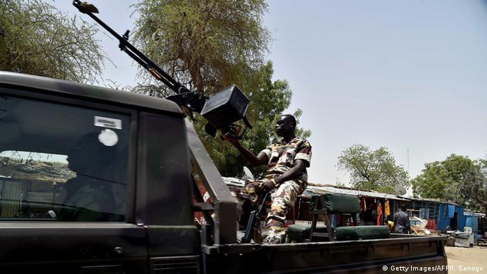 Niger Soldat an der Grenze zu Nigeria