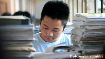China Schüler bereitet sich auf die Aufnahmeprüfung vor (picture-alliance/dpa)