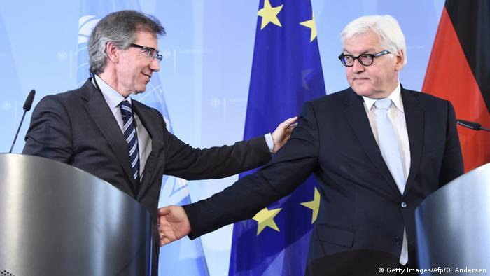 Der UN-Sondervermittler Bernardino León und BUndesaußenminister Frank-Walter Steinmeier reichen sich die Hand bei einer Pressekonferenz in Berlin, Foto: Getty Images