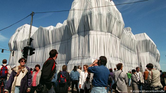 Christo and Jeanne-Claude's veiled Reichstag (picture-alliance/dpa/Kneffel)