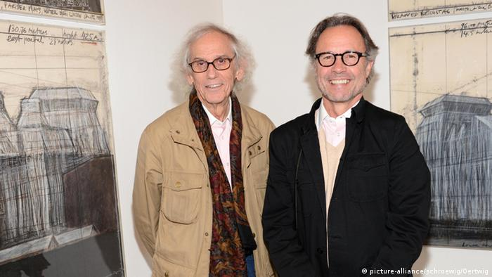 Christo (l) and Wolfgang Volz (r) in 2013 at an exhibition about the 'Wrapped Reichstag' installation
