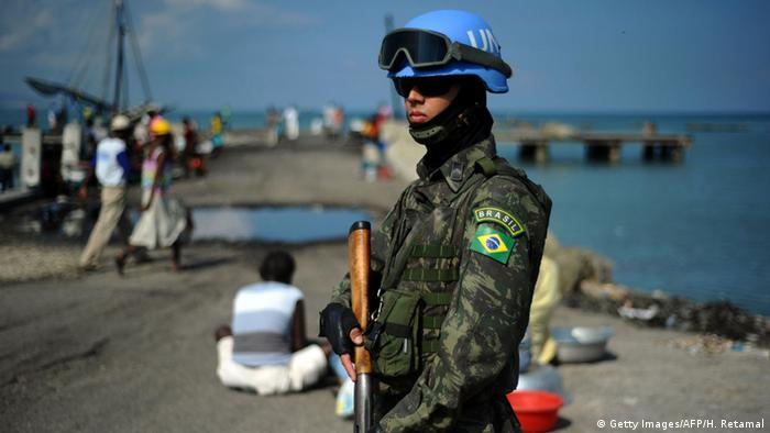 A UN blue helmet in the Port-au-Prince neighborhood of Cite Soleil (Getty Images/AFP/H. Retamal)