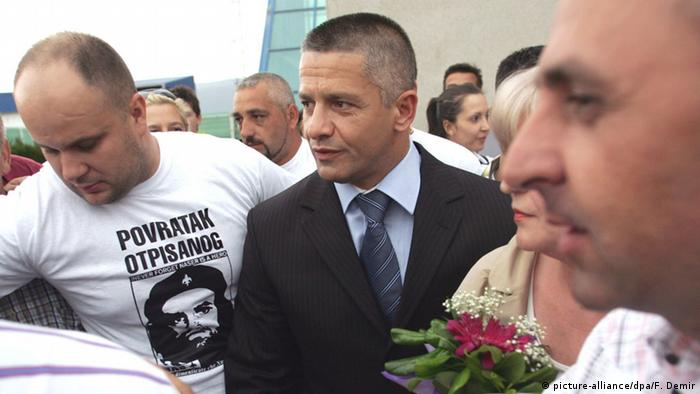 Bosnian Muslims hail Naser Oric, (C) former commander of the Bosnian Muslim-dominated army in Srebrenica, at the Sarajevo Airport in Sarajevo, Bosnia and Herzegovina, 04 July 2008.