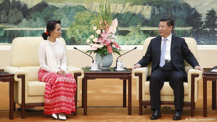 Myanmars Aung San Suu Kyi bei Chinas Xi Jinping (Foto: Getty Images)