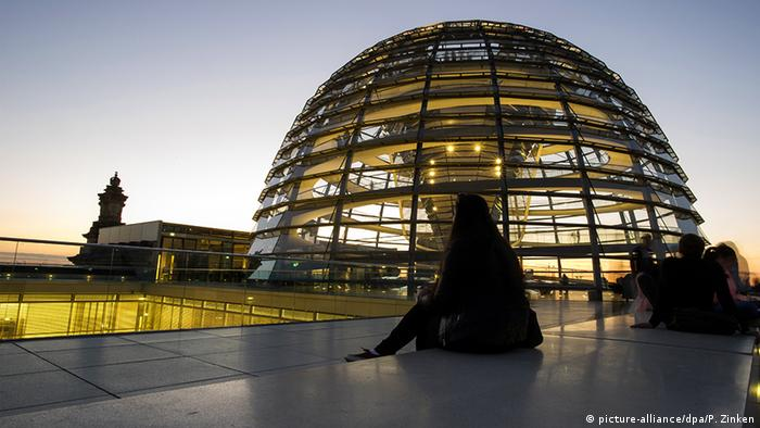 Під куполом Рейхстагу в Берліні дебати парламентарів тривають часом до ранку
