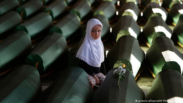 Bosnien-Herzegowina Gedenkstätte und Friedhof bei Srebrenica (picture-alliance/AP Photo/A. Emric)