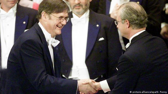 Britain's Tim Hunt (L) from the Imperial Cancer Research Fund in London receives the Nobel Prize for medicine from King Carl XVI Gustaf of Sweden on Monday, 10 December 2001, at the Concert Hall in Stockholm.