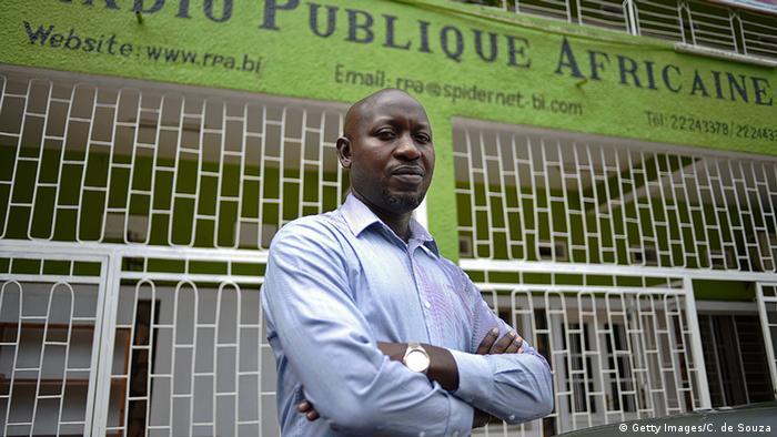 Bob Rugurika vor seinem Radiosender RPA in Burundi (Foto: Carl de Souza/AFP/Getty Images)