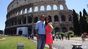 Touristenpaar posiert fürs Foto vor dem Kolosseum in Rom (Privat)