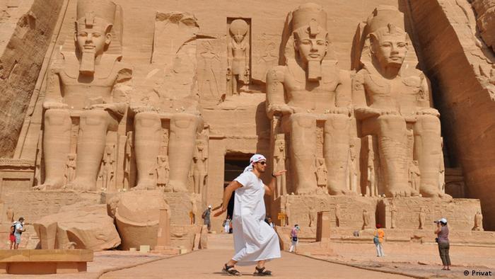 Tourist posiert vor dem Tempel von Abu Simbel in Ägypten (Privat)