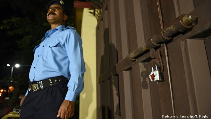 A Pakistani security official stands guard outside the office of the international charity 'Save the Children' which was sealed by the order of Pakistani authorities in Islamabad, Pakistan 11 June 2015 (Photo: EPA/T. MUGHAL +++(c) dpa - Bildfunk+++)