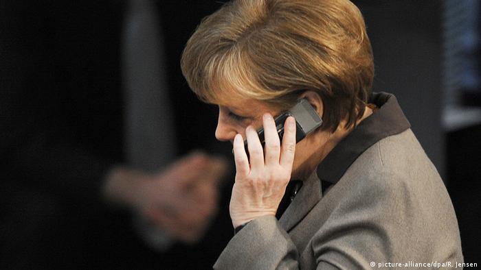Deutschland Bundeskanzlerin Angela Merkel mit Handy
