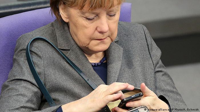 Deutschland Bundeskanzlerin Angela Merkel mit Handy (picture-alliance/AP Photo/A. Schmidt)