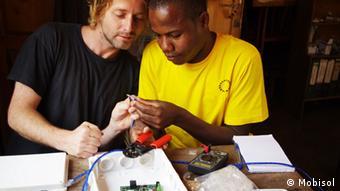 Exemple d'une coopération qui fonctionne: l'entreprise allemande Mobisol propose des cellules photovoltaïques en Tanzanie
