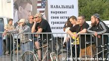 11.06.2015 *** Oppositioneller russischer Politiker Alexey Navalny trifft Wähler in Kaluga DW, Yuliya Wischnewetskaya Auf den Bildern sind Teilnehmer des Treffens, Alexey Nawalny (im weißen Hemd) und ein oppositioneller Aktivist Andrej Sayakin (im roten Hemd mit der Krawatte).