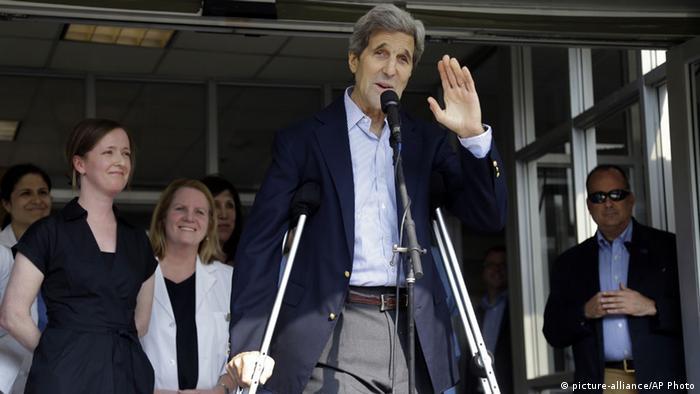 US-Außenminister John Kerry auf Krücken nach Beinbruch (Foto: AP)