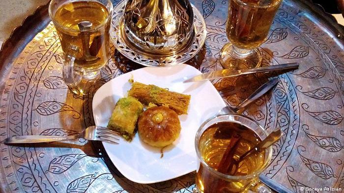 Tee und Gebäck (Soraya Azizian)