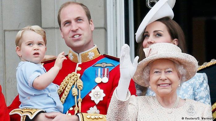 Queen Elizabeth II (rechts) winkt an ihrem 89. Geburtstag am 13.06.2015 vom Balkon des Buckingham Palace mit (v.l.) Urenkel George, Enkel William und dessen Ehefrau Herzogin Kate (Foto: Reuters/S. Wermuth)
