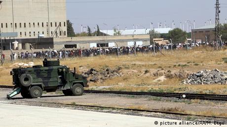 Syrien Flüchtlinge und Sicherheitskräfte türkisch-syrische Grenze
