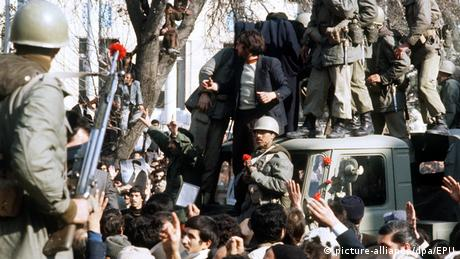 Iran Revolution 1979 Blumen (picture-alliance/dpa/EPU)