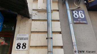 На вулицях ще Кіровограда сусідствують назви з минулого - Дзержинського і Чміленка, Героя Небесної Сотні, застріленого снайпером 20 лютого 2014 року