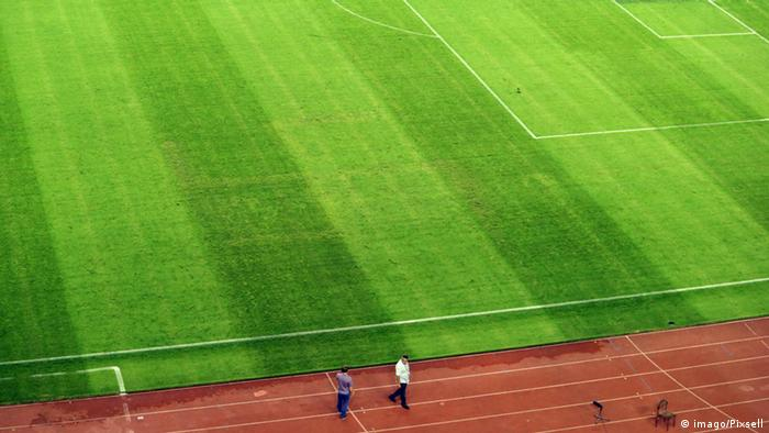 Hakenkreuz auf dem Rasen in Split beim Länderspiel Kroatien gegen Italien am 12. Juni
