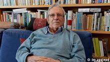 Der israelische Schriftsteller Amos Oz am 31.03.2014 in seiner Wohnung in Ramat Aviv, bei Tel Aviv in Israel. Am 4. Mai 2014 wird Amos Oz 75 Jahre alt. In seinen Romanen bezieht er sich auf Privates, in Artikeln und offenen Briefen kritisiert er die Regierungspolitik und Israels Besatzung. Amos Oz hat damit oft Kontroversen entfacht. 30 Jahre lebte er in Arad, einer Kleinstadt mitten in der Wüste, davor 30 Jahre lang in einem Kibbuz. Geboren wurde er 1939 in Jerusalem als Amos Klausner. Der Kibbuz ließ den jungen Bücherwurm in Jerusalem Literatur und Philosophie studieren. Oz unterrichtete anschließend über 20 Jahre lang an der Kibbuzschule, später lehrte er als Professor an der Universität Ben-Gurion in Beerschewa. Obwohl er als Soldat in zwei Kriegen kämpfte, wurde Oz mit seinen Texten und Appellen zu einer Art Gewissen des Landes, das zum Frieden antrieb. Oz ist Mitbegründer der Fried epd the Israeli Writer Amos OZ at 31 03 2014 in his Apartment in Ramat Aviv at Tel Aviv in Israel at 4 May 2014 will Amos OZ 75 Years Old in his Novels applies he to on private in Articles and open Letters criticism he the Government policy and Israel Crew Amos OZ has This often controversy ignites 30 Years lived he in Arad a Small town middle in the Desert before 30 Years long in a Kibbutz born was he 1939 in Jerusalem as Amos Klausner the Kibbutz was the Boys Bookworm in Jerusalem Literature and Philosophy study OZ taught then above 20 Years long to the Later Lehrte he as Professor to the University Ben Gurion in Beerschewa though he as Soldier in Two get fought was OZ with his Texts and appeals to a Art Conscience the Country the to Peace Drive OZ is Co-founder the Fried epd ensbewegung; Schalom; achschaw; Frieden; jetzt; Siehe; epd-Feature; vom; 24042014; Der; israelische; Schriftsteller; Amos; Oz; Kultur; people; privat; xas; x0x; 2014; quer; Autor; Literatur