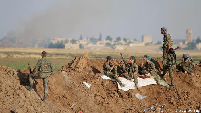 Kämpfer liegen auf dem Boden (Foto: REUTERS/Rodi Said)