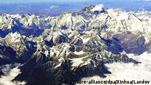 The photo taken on Nov. 12, 2008 from the porthole of a passenger plane shows the Mount Qomolangma (highest peak behind) of the Himalayas. Passengers can view the Himalayas from the airliners between New Delhi of India and Paro of Bhutan by Royal Bhutan Airlines (Drukair), which provides the flight over the Himalayas as one of its features. Foto: Xinhua /Landov +++(c) dpa - Report+++