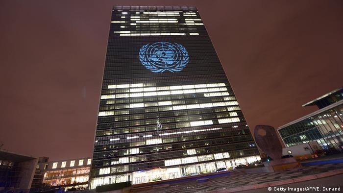 UN Logo und Hauptgebäude in New York