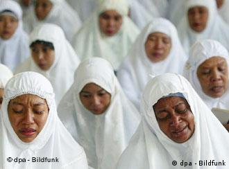 Acehnese women pray