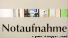 08.03.2015+++ ARCHIV - ILLUSTRATION - Klinikpersonal, aufgenommen am 08.03.2015 in der Notaufnahme des Marienhospitals (Niels-Stensen-Kliniken) in Osnabrück (Niedersachsen). Ein 65 Jahre alter Mann aus Nordrhein-Westfalen, der zwischenzeitlich im Marienhospital behandelt wurde, ist jetzt an den Folgen seiner Mers-Erkrankung gestorben. Foto: Friso Gentsch/dpa (zu lni 65-Jähriger stirbt an Folgen seiner Mers-Erkrankung vom 16.06.2015) +++(c) dpa - Bildfunk+++