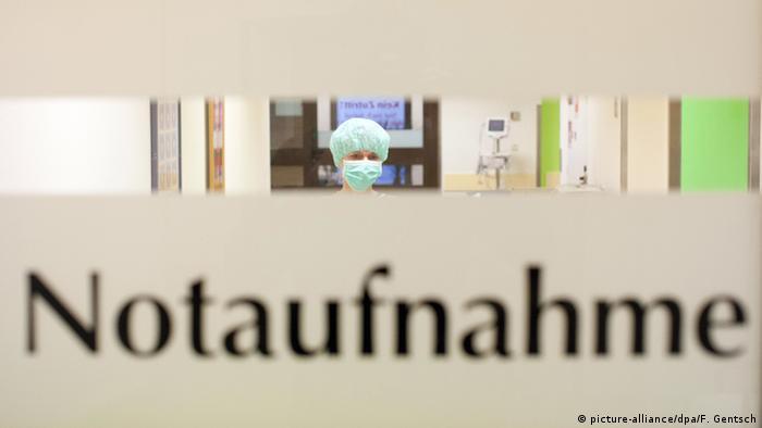 Natpis: Notaufnahme i iza njega medicinska djelatnica