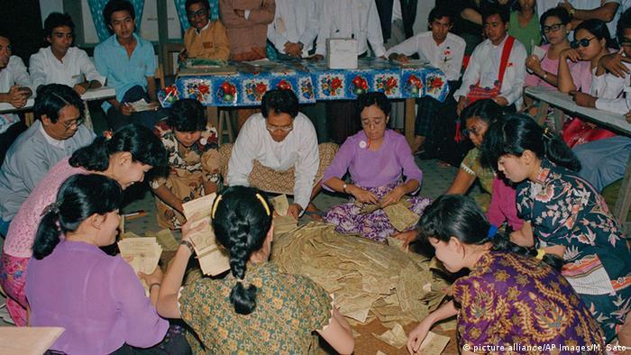Myanmar Wahlen 1990 (picture alliance/AP Images/M. Sato)