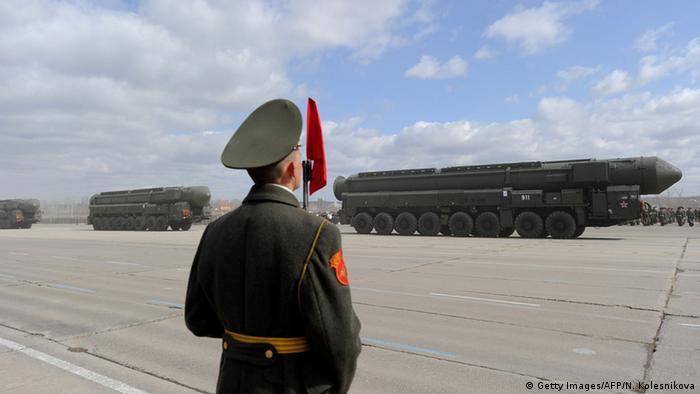 Ракетные комплексы Тополь на параде в Москве