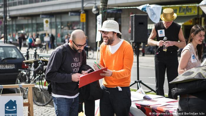 Initiative backers collect signatures in Berlin