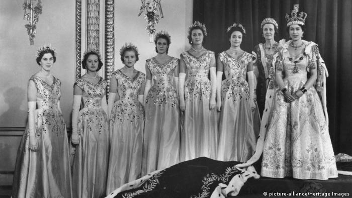A rainha Elizabeth 2ª em sua cerimônia de coroação em 1953 ao lado de sete damas de honra.