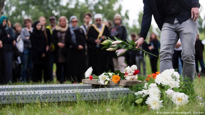 Zentrum für Politische Schönheit Aktion Berlin Bestattung Flüchtlinge
