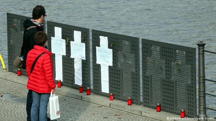 Zentrum für Politische Schönheit Aktion Berlin Mauergedenkkreuze