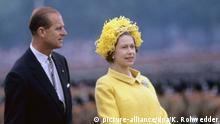 ARCHIV - Königin Elizabeth II. und ihr Gatte Prinz Philip bei der Inspektion britischer Truppen auf dem Maifeld in Berlin am 27.05.1965. Die britische Monarchin hält sich vom 18. bis 28. Mai 1965 zu ihrem ersten Staatsbesuch in Deutschland auf. Foto: Kurt Rohwedder/dpa (zu dpa In 100 Tagen kommt die Queen vom 15.03.2015) +++(c) dpa - Bildfunk+++