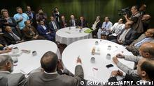 Bildunterschrift:The United Nations Special Envoy of for Yemen Ismail Ould Cheikh Ahmed (C) sits with Yemeni rebels' during Yemen peaces talks on June 16, 2015 in Geneva. Iran-backed Yemeni rebels accused Saudi Arabia of trying to sabotage UN peace talks in Geneva and ruled out negotiations with the exiled government saying it lacked legitimacy. AFP PHOTO / FABRICE COFFRINI (Photo credit should read FABRICE COFFRINI/AFP/Getty Images)