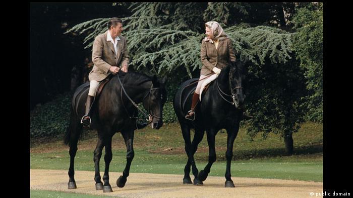 Königin Elisabeth II. Ronald Reagan Reiten (public domain)