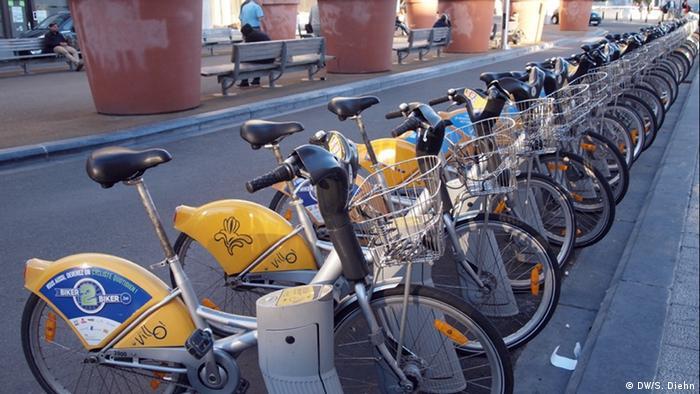 Bikes lined up in public bicycle rental system in Brussels (Photo: Sonya Diehn)