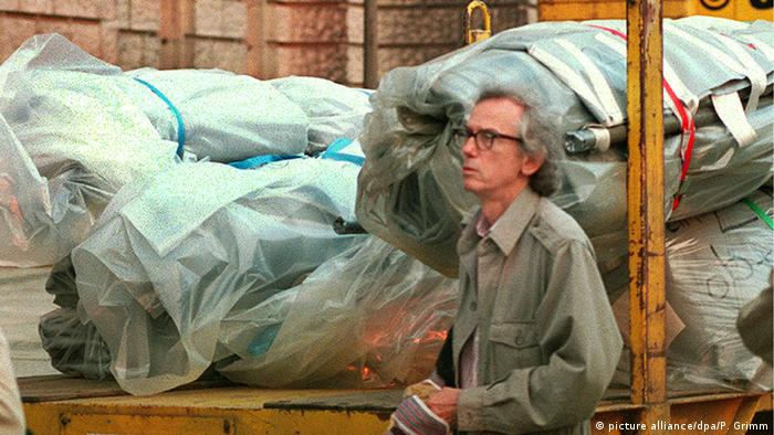 Christo stands in front of building equipment to be used for wrapping the Reichstags (picture alliance/dpa/P. Grimm)
