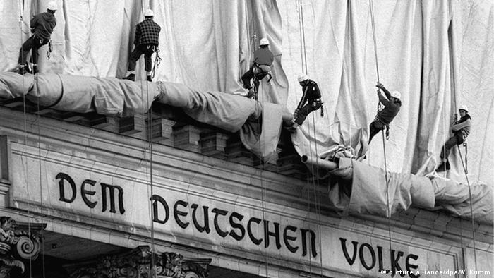 Workers lift coverings on the Reichstag building (picture alliance/dpa/W. Kumm)