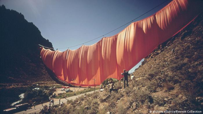 Christo Valley Curtain (picture alliance/Everett Collection)